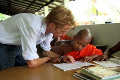 Un volontario segue un alunno di una scuola locale per il progetto di insegnamento in Sri Lanka