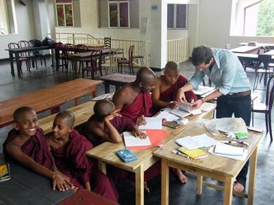Un volontario svolge attività didattiche per il progetto di insegnamento in Sri Lanka