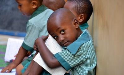 Alunni del progetto di volontariato in insegnamento durante lo svolgimento delle quotidiane attività didattiche in Tanzania