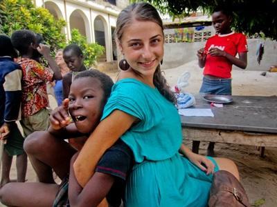 Una volontaria assieme ad uno scolaro del progetto di insegnamento in Togo
