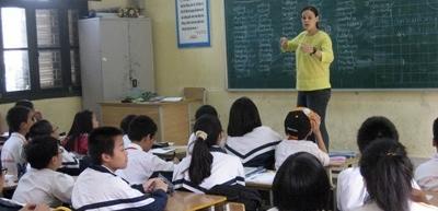 Una volontaria con la sua classe durante il progetto di insegnamento in Vietnam