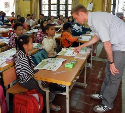 Un volontario in una scuola aderente al progetto di insegnamento in Vietnam