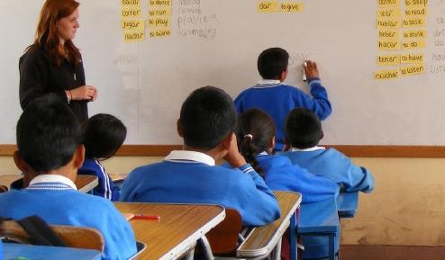 Una volontaria nella classe in cui insegna
