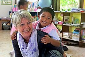 Una volontaria adulta si occupa di un bambino