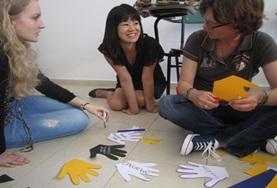 Volontari preparano del materiale per una campagna informativa a Cordoba