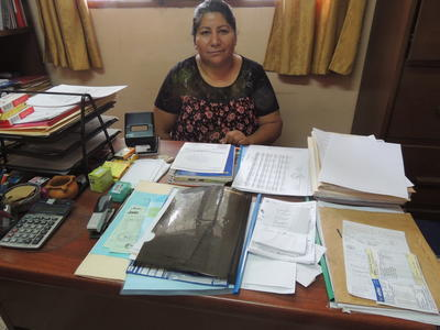 Una volontaria del progetto di Diritti Umani in Bolivia prende appunti durante una riunione con lo staff locale