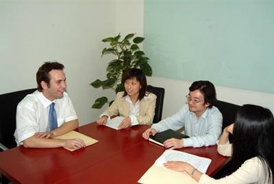I volontari del progetto di diritti umani in riunione a Shangai