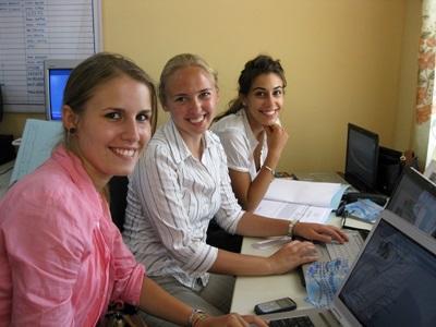 I volontari del progetto in diritti umani conducono ricerche in Ghana