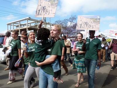 I volontari del progetto in Diritti umani in Tanzania durante una marcia