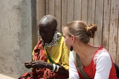 Una volontaria del progetto di legge assiste legalmente una donna locale in Tanzania