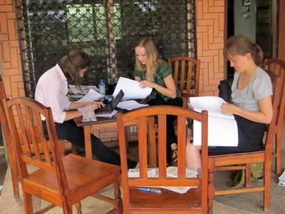 Volontari preparano del materiale per una campagna informativa in Togo