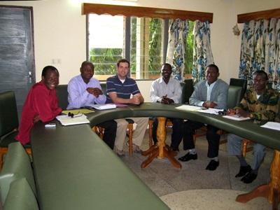 Un volontario del progetto di legge in Togo in riunione con lo staff