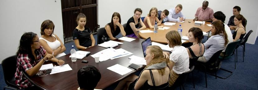 Volontari del progetto di legge durante una riunione