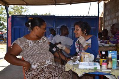 Una volontaria del progetto di volontariato e stage in Ghana durante una campagna di sensibilizzazione nelle comunità locali