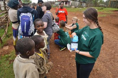 Una volontaria del progetto di farmacia impegnata nella distribuzione di farmaci alla comunità di Nanyuki in Kenya