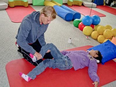 Un volontario assiste una paziente durante la riabilitazione