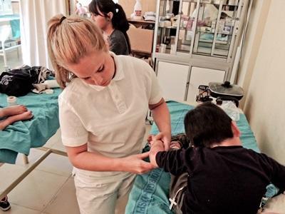Una volontaria del progetto di medicina si prende cura di un paziente a Cochabamba