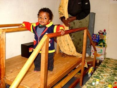 Un bambino durante una seduta di fisioterapia in Etiopia