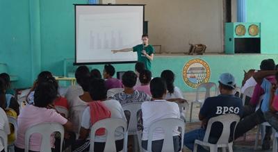 Una volontaria partecipa ad un workshop con lo staff locale nelle Filippine