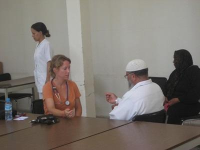 Una volontaria del progetto di fisioterapia in Marocco visita un paziente