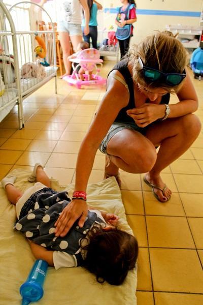 Una volontaria assiste una bambina per il progetto di fisioterapia in Messico