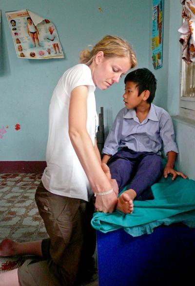 Nepal, volontaria fisioterapista al lavoro in un centro specializzato per la riabilitazione