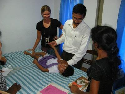 Volontarie del progetto di fisioterapia in Sri Lanka assistono ad una seduta di riabilitazione