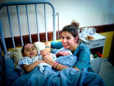Una volontaria assiste un giovane paziente per il progetto di infermieristica in Bolivia