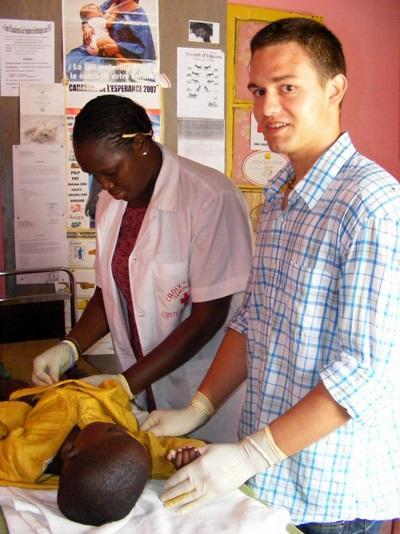 Un volontario assiste una giovane paziente per il progetto di infermieristica in Senegal