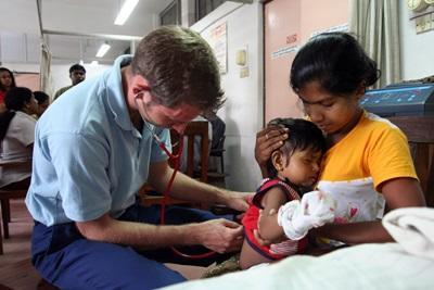 Un volontario si prende cura di una paziente per il progetto di infermieristica in Sri Lanka