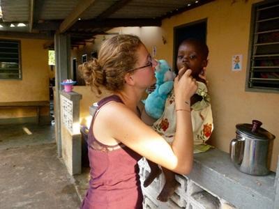 Una volontaria del progetto di medicina all'opera in Togo