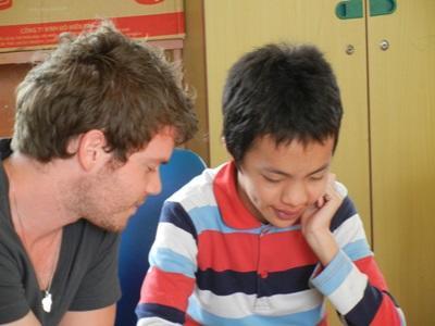 Un volontario del progetto di logopedia in Vietnam al lavoro