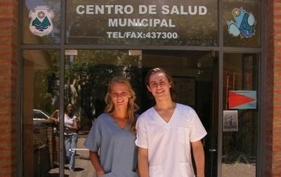 Due volontari posano davanti ad un centro ospedaliero in Argentina
