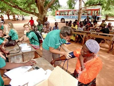 Volontari accertano le condizioni di salute dei locali presso un villaggio in Giamaica