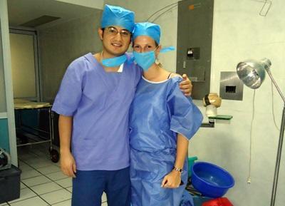 Due volontari del progetto di medicina in Messico si preparano per la sala operatoria