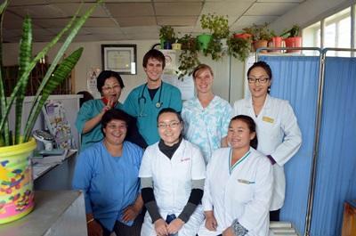 Un volontario posa con lo staff dell'ospedale in cui presta servizio in Mongolia