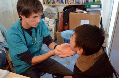 Un volontario si prende cura di un paziente per il progetto di medicina in Mongolia