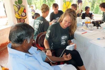 Una volontaria del progetto di medicina si prende cura di un paziente in Sri Lanka