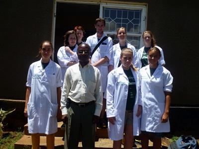 Volontari del progetto di medicina nell'ospedale in cui prestano servizio in Tanzania
