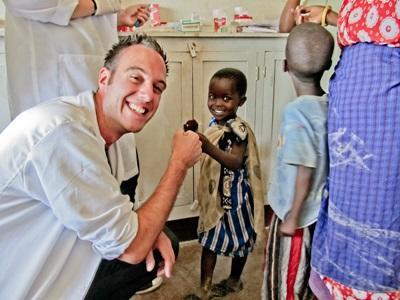 Un volontario si prende cura di un paziente per il progetto di medicina in Tanzania