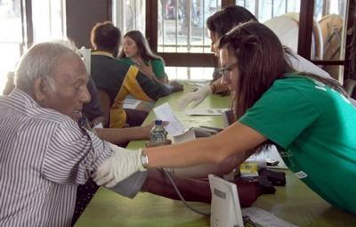 Fiji - studentessa di medicina misura la pressione