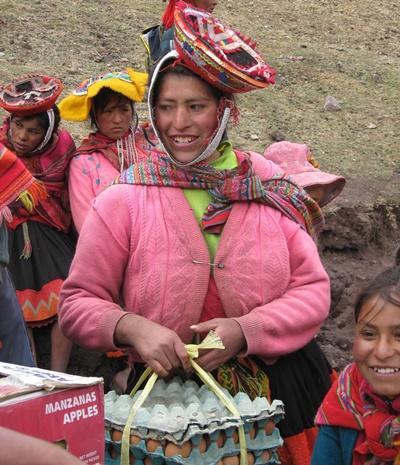 Perù, alcune donne del luogo vengono formate per il progetto di nutrizione