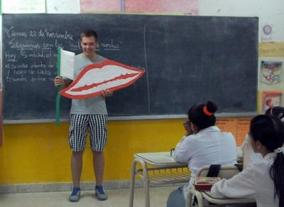 Un volontario di odontoiatria durante una campagna di sensibilizzazione in Argentina