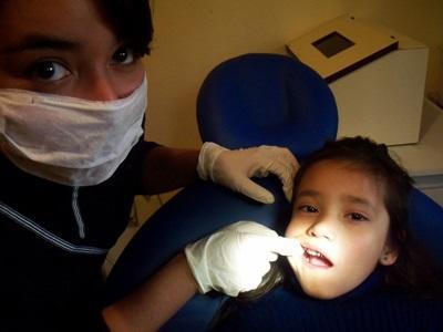 Una volontaria del progetto di odontoiatria all'opera in Argentina