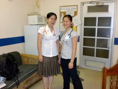 Un volontario del progetto di odontoiatria posa per una foto