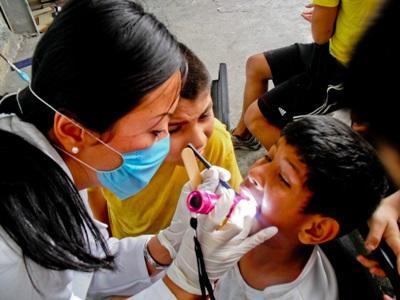 Una volontaria visita un paziente per il progetto di odontoiatria in Messico
