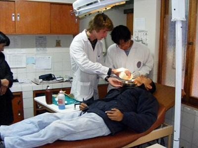 Un volontario visita un paziente con l'aiuto di un dentista locale in Perù