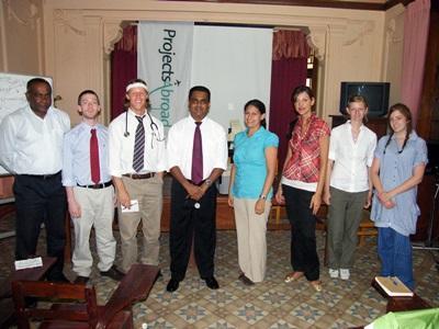 Alcuni volontari posano con lo staff del centro di salute in cui prestano servizio in Sri Lanka