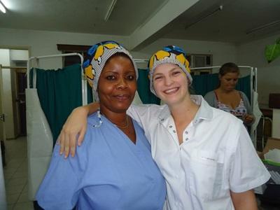 Una volontaria del progetto di odontoiatria assieme ad una dottoressa locale