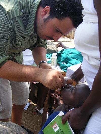 Un volontario visita un giovane paziente per il progetto di odontoiatria in Togo